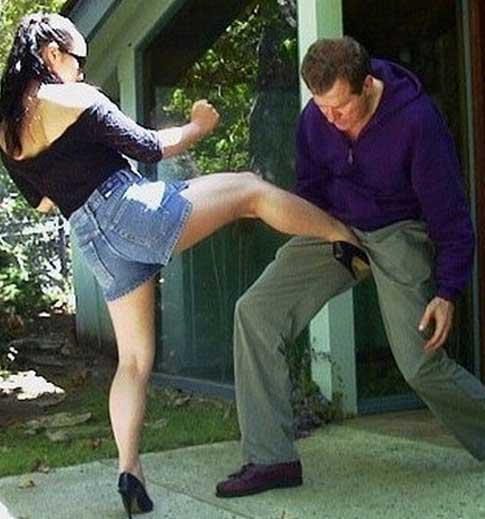 Тюрьме секс девушка бьет по яйцам коленом